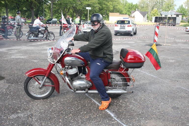 GALERII: Valmieras austati vanu Jawasid ja tuletõrjeautosid