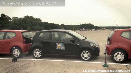 Auto õnnestus parkida vaid 14 cm laiemasse vahesse. Kaader: Youtube