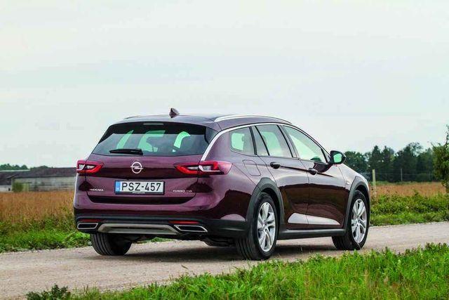 """Universaal-Insignia on omas klassis üks   ilusamaid autosid ka """"maastikuversioonina"""". Foto: Pille Russi"""