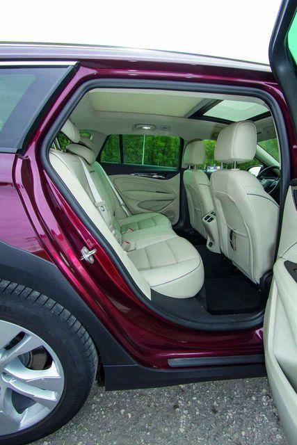 Sõitjateruum on – nagu Insignial ikka – soliidne ja   ruumikas. Varustusvõimalused on rikkalikud. Foto: Pille Russi